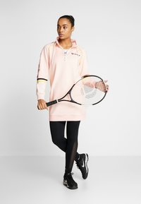 sergio tacchini - DAISY TRACK DRESS - Robe en jersey - pink cream/black - 1