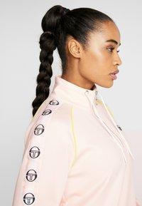 sergio tacchini - DAISY TRACK DRESS - Robe en jersey - pink cream/black - 3
