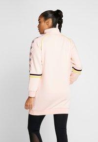sergio tacchini - DAISY TRACK DRESS - Robe en jersey - pink cream/black - 2