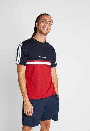 DUNCAN - T-shirt med print - navy/red