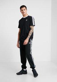 sergio tacchini - DAHOMA - T-shirt print - black/white - 1