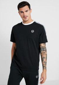 sergio tacchini - DAHOMA - T-shirt print - black/white - 0