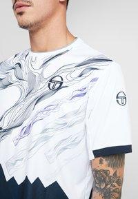 sergio tacchini - LIQUIFY  - T-shirt imprimé - white/navy/deep blue - 5