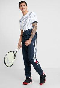 sergio tacchini - LIQUIFY  - T-shirt imprimé - white/navy/deep blue - 1