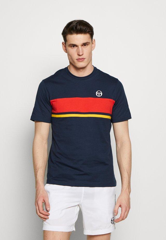 FELUGA T-SHIRT - T-shirt med print - navy/vintage red