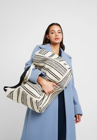 Seafolly - CARRIED AWAY ESSENTIAL STRIPE BEACH TOTE - Jiné - white/black - 1