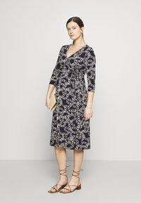 Seraphine - GLORIANNE DRESS - Žerzejové šaty - navy chain - 1