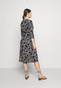 Seraphine - GLORIANNE DRESS - Žerzejové šaty - navy chain - 2