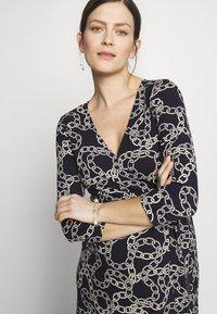 Seraphine - GLORIANNE DRESS - Žerzejové šaty - navy chain - 4