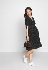 Seraphine - LAUREN KNEE LENGTH WRAP DRESS - Vestido informal - black/white - 1