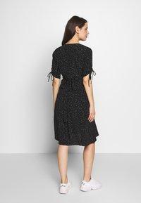 Seraphine - LAUREN KNEE LENGTH WRAP DRESS - Vestido informal - black/white - 2