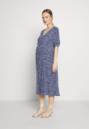 BEA MIDI TUCK TIE DRESS - Sukienka z dżerseju - navy floral