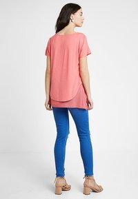 Seraphine - ROXANNE NURSING - T-shirt print - coral - 2