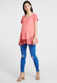 Seraphine - ROXANNE NURSING - T-shirt print - coral - 1