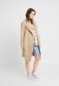 Seraphine - BEVERLY WRAP COAT - Zimní kabát - camel - 1