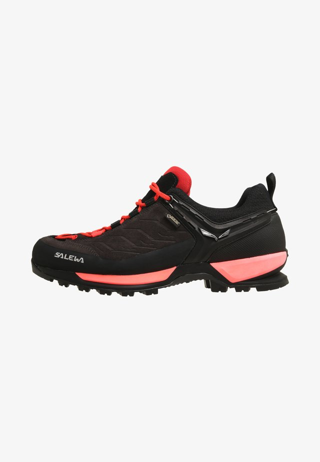 MTN TRAINER GTX - Outdoorschoenen - black out/rose red