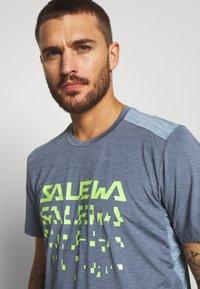 Salewa - PUEZ HYBRID DRY TEE - T-shirt med print - flint stone melange - 3