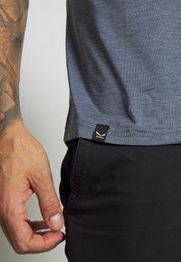 Salewa - PUEZ HYBRID DRY TEE - T-shirt med print - flint stone melange - 5