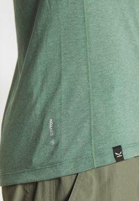 Salewa - AGNER HYBRID DRY ZIP TEE - Print T-shirt - myrtle melange - 6