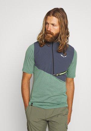 AGNER HYBRID DRY ZIP TEE - T-shirt med print - myrtle melange