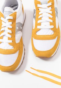 Saucony - JAZZ VINTAGE - Zapatillas - white/yellow/silver - 7
