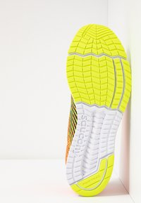 Saucony - TYPE A9 - Obuwie do biegania startowe - citron/orange - 4