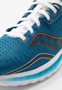 Saucony - KINVARA 11 - Obuwie do biegania treningowe - blue/black - 5