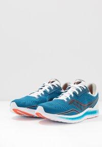 Saucony - KINVARA 11 - Obuwie do biegania treningowe - blue/black - 2