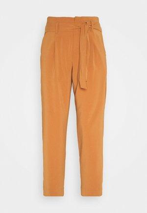 ANDREASZ PANTS - Pantaloni - adobe