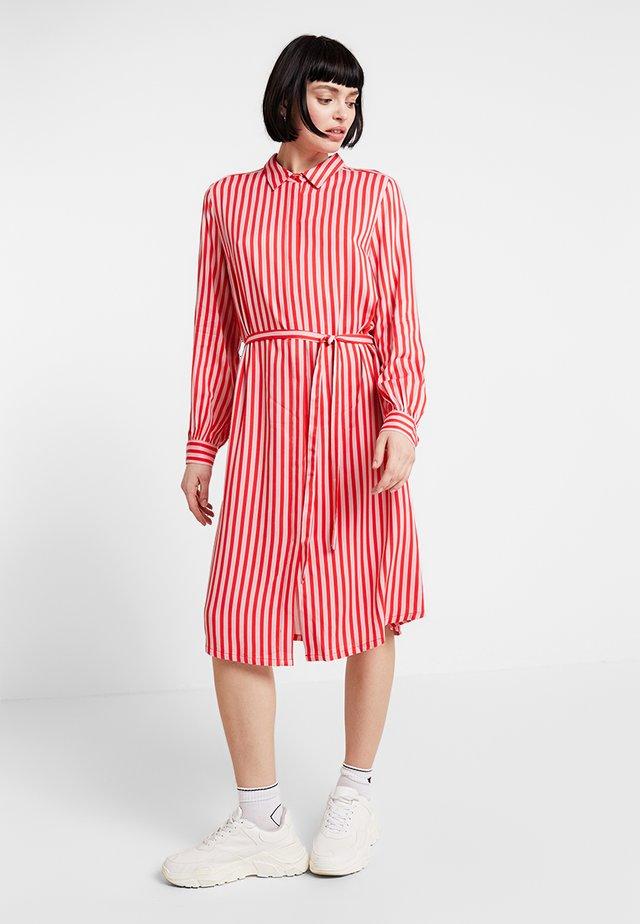 DRESS ON KNEE LENGTH - Košilové šaty - tomato