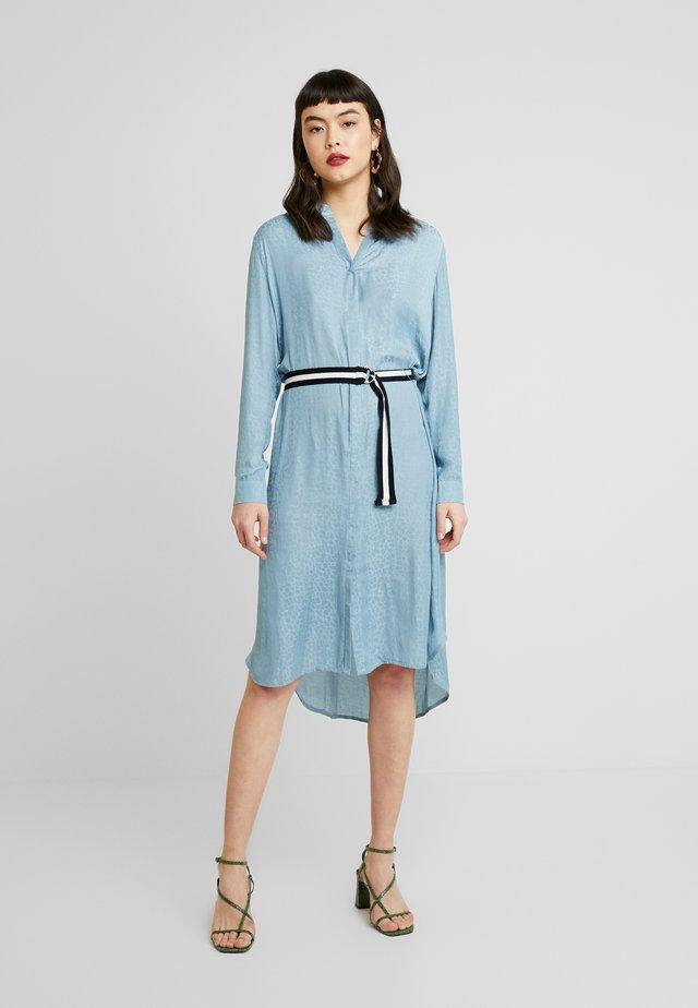 DRESS ON KNEE - Košilové šaty - blue
