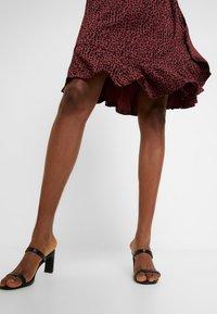 Saint Tropez - MINASZ WRAP DRESS - Jerseykjole - rubin - 4