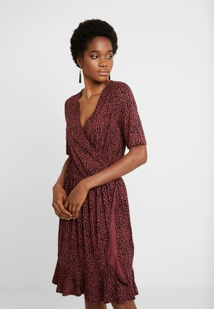 MINASZ WRAP DRESS - Žerzejové šaty - rubin