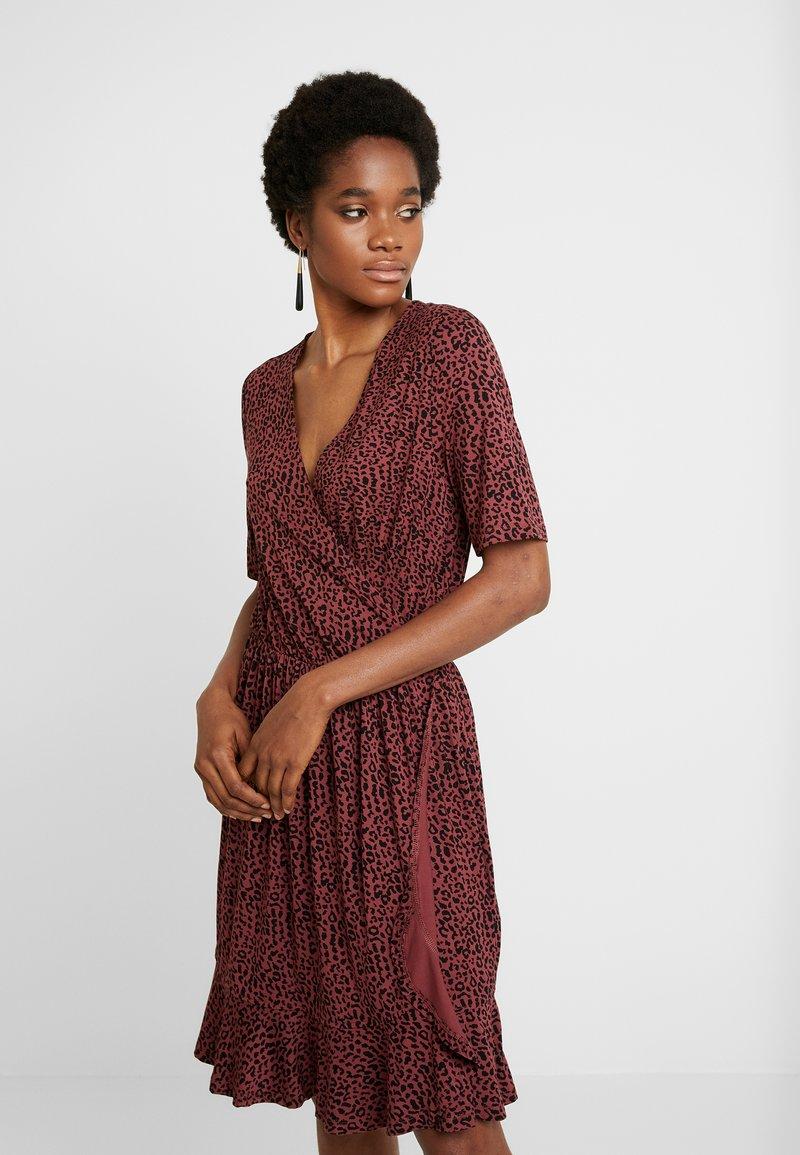 Saint Tropez - MINASZ WRAP DRESS - Jerseykjole - rubin