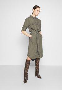 Saint Tropez - EMMASZ DRESS - Košilové šaty - army green - 1