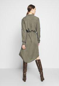Saint Tropez - EMMASZ DRESS - Košilové šaty - army green - 2