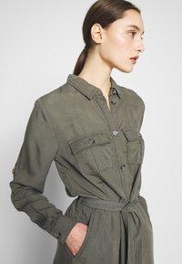 Saint Tropez - EMMASZ DRESS - Košilové šaty - army green - 3
