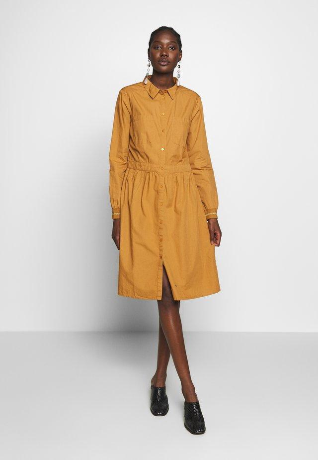 NILA DRESS - Košilové šaty - brown sugar