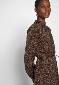 Saint Tropez - TIEAL DRESS - Denní šaty - black/berry flower - 3
