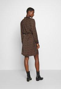 Saint Tropez - TIEAL DRESS - Denní šaty - black/berry flower - 2