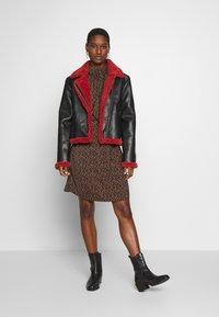 Saint Tropez - TIEAL DRESS - Denní šaty - black/berry flower - 1