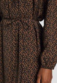 Saint Tropez - TIEAL DRESS - Denní šaty - black/berry flower - 6