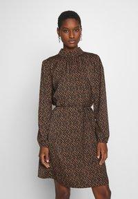 Saint Tropez - TIEAL DRESS - Denní šaty - black/berry flower - 0