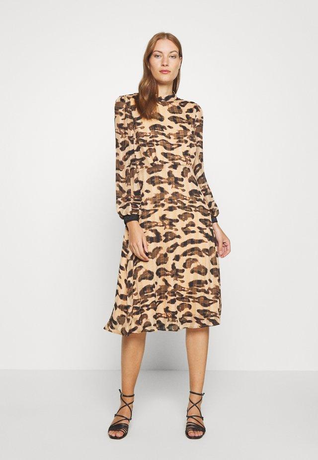 BELINDA DRESS BELOW KNEE - Korte jurk - prairie sand