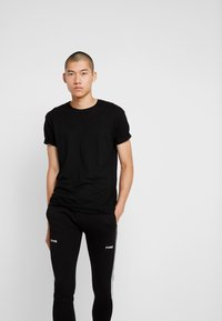 STEREOTYPE - FREQUENCY POLY - Tracksuit bottoms - black - 3
