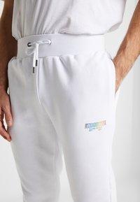 STEREOTYPE - METALIC - Teplákové kalhoty - white - 3