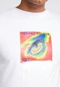 STEREOTYPE - THERMAL EYE TEE - Triko spotiskem - white - 6