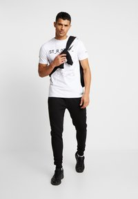 STEREOTYPE - MISSING TEE - Print T-shirt - white - 1