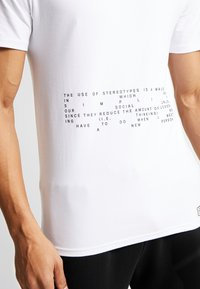 STEREOTYPE - MISSING TEE - Print T-shirt - white - 3