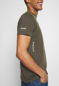 STEREOTYPE - ACID TEE - T-shirt con stampa - khaki - 3